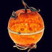 Шкатулка «Райское яблоко» из янтаря с декором из белой бронзы