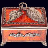 Янтарная коробочка для чая с ложечкой из янтаря с декором из белой бронзы