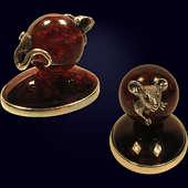 Сувенир «Упорная мышь» из янтаря с декором из белой бронзы