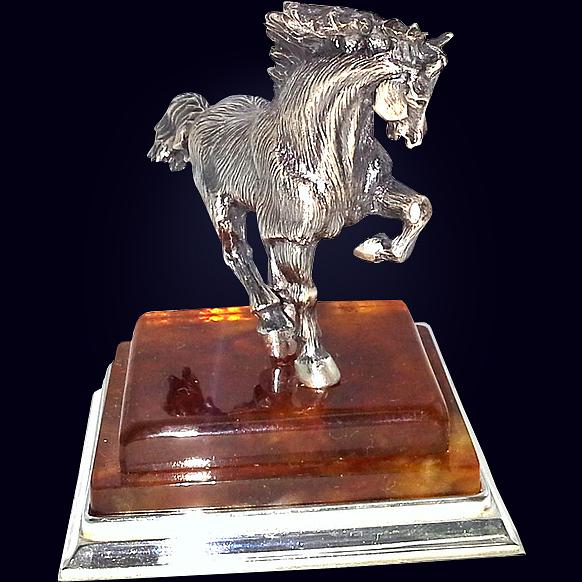 Сувенир «Лошадь» из янтаря с декором из белой бронзы