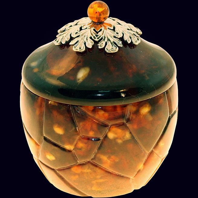 Маленькая шкатулка из янтаря с декором из белой бронзы