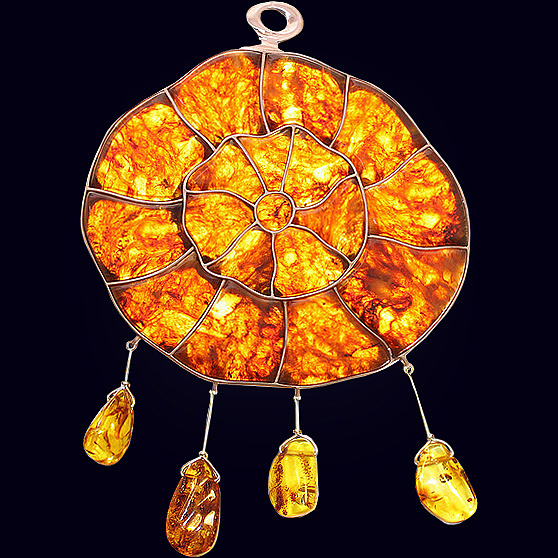 Сувенир «Ловушка для солнца» из янтаря с декором из белой бронзы