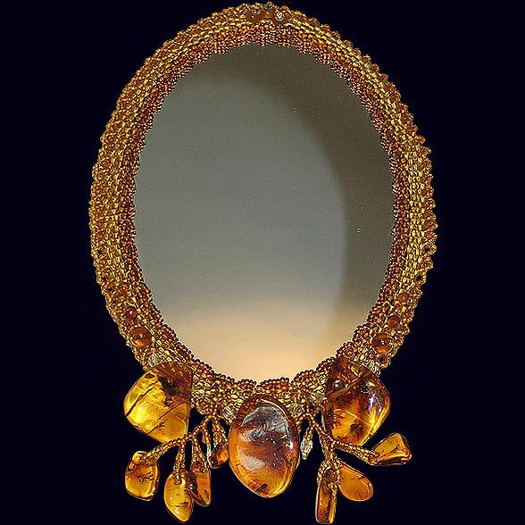 Дамское зеркало из янтаря с декором из бисера
