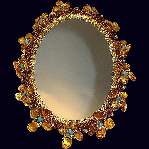 Дамское зеркало из янтаря с декором из бирюзы