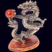 Сувенир «Танцующий дракон» из янтаря с декором из белой бронзы