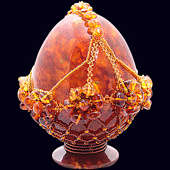 Сувенирное яйцо из янтаря с декором из бисера