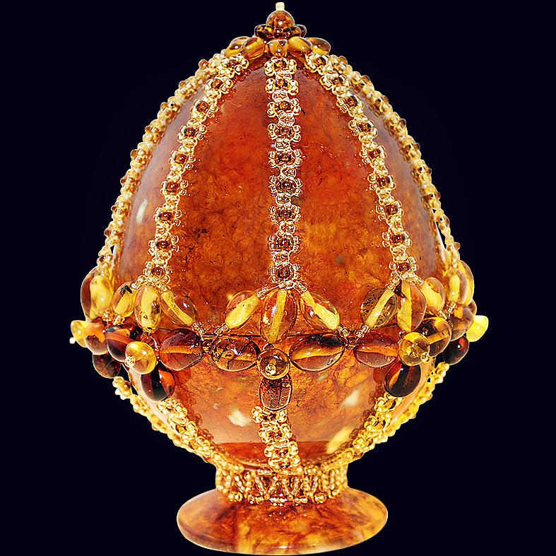Сувенирное яйцо из янтаря с декором из бисера и фианита