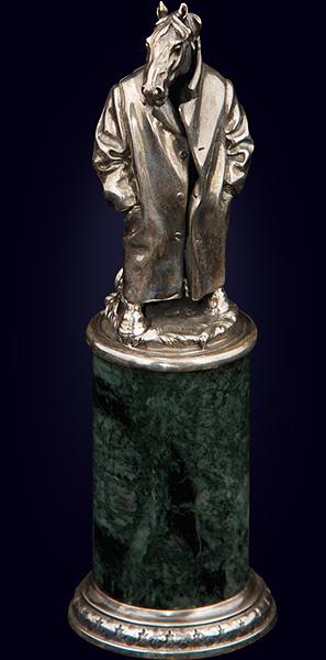 Серебряная статуэтка «Конь в пальто» на нефритовом пьедестале