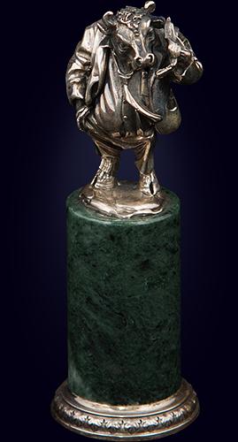 Серебряная статуэтка «Бык с телефоном»