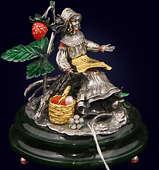 Ювелирная композиция «Эльфиня с жемчужиной» из серебра на нефритовом пьедестале