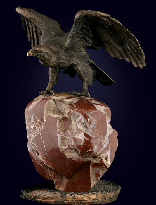 Скульптура «Орёл на скале» из латуни на каменном пьедестале