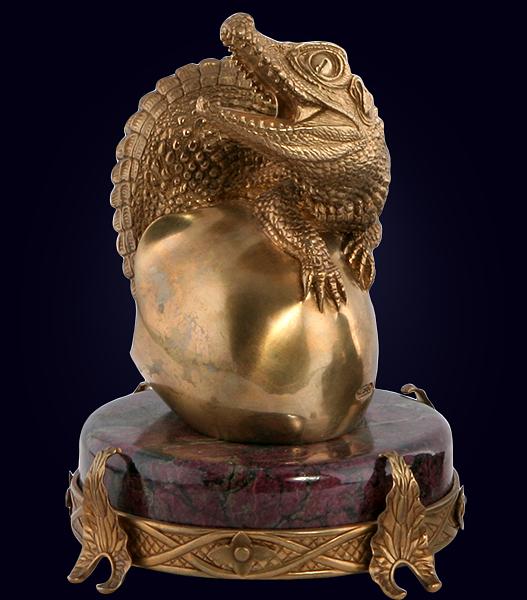 Скульптура «Рождение крокодила» из латуни на камне