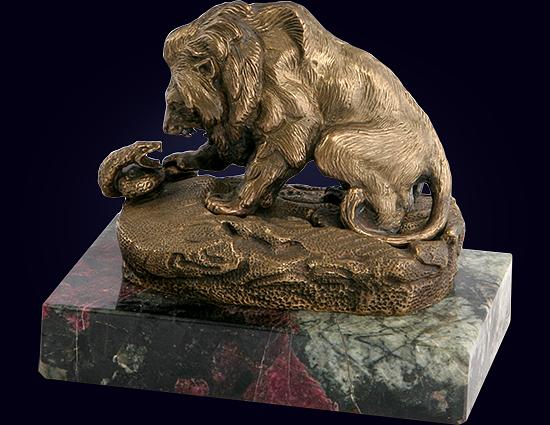Ювелирная скульптура «Лев и змея» из латуни на пьедестале из эвдиалита