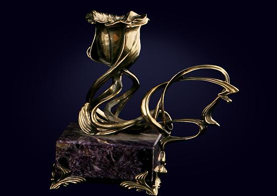 Подсвечник в форме розы на подставке из чароита