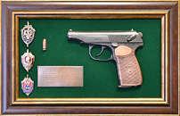 Панно с пистолетом «Макаров» со знаками ФСБ в подарочной коробке