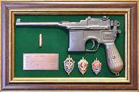 Панно с пистолетом «Маузер» со знаками ФСБ в подарочной коробке