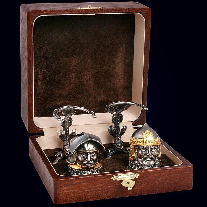 Набор из 2 бронзовых чарок «Воины мира» с золочением и серебрением в дубовом футляре