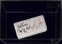 Кирпич с подлинным автографом Роджера Уотерса