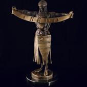 Скульптура «Credo» из патинированной латуни с ручной чеканкой на каменном пьедестале