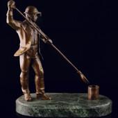 Статуэтка «Сталевар» из латуни на пьедестале из змеевика