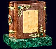 Карандашница «Фолиант» из ценных пород дерева и позолоченной бронзы на малахитовой подставке