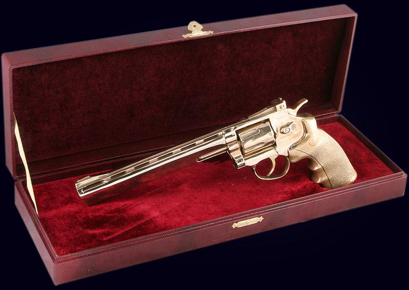 Сувенирный пистолет Magnum из полированной латуни в представительском футляре