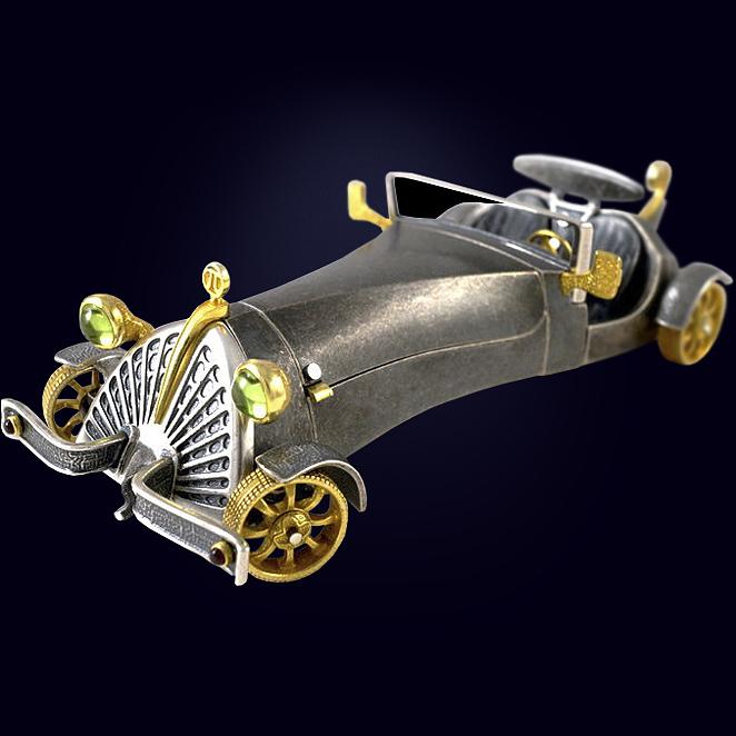 Ювелирная композиция «Автомобиль Шершень» из серебра с хризолитами и гранатами.