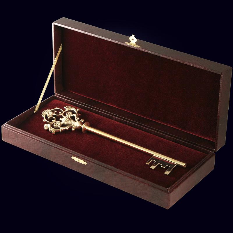 Цельнолитой сувенирный ключ из латуни 31 см в подарочном футляре